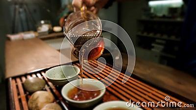 Chinesische Zeremonie Gastpochen gegorener Tee mit Bernsteinpfeife stock video footage