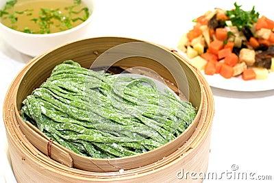 Chinesischer Spinat goß gezogene Nudeln hinein