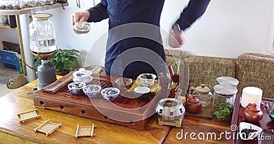 Chinesischer Tee Brauens in einem keramischen gaiwan w?hrend der Teezeremonienahaufnahme Gaiwan und andere Teewerkzeuge f?r die Z stock video footage