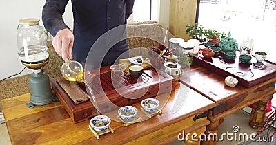 Chinesischer Tee Brauens in einem keramischen gaiwan w?hrend der Teezeremonienahaufnahme Gaiwan und andere Teewerkzeuge f?r die Z stock video