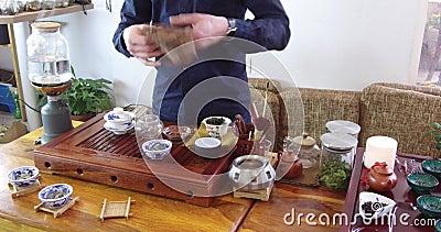 Chinesischer Tee Brauens in einem keramischen gaiwan w?hrend der Teezeremonienahaufnahme Gaiwan und andere Teewerkzeuge f?r die Z stock footage