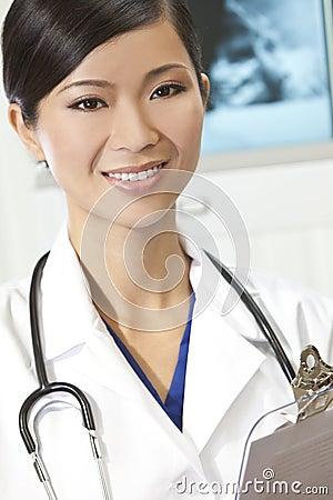 Chinesischer weiblicher Frauen-Krankenhaus-Doktor mit Röntgenstrahlen