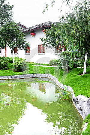 Chinesisches traditionelles haus mit pool stockfoto bild for Traditionelles haus