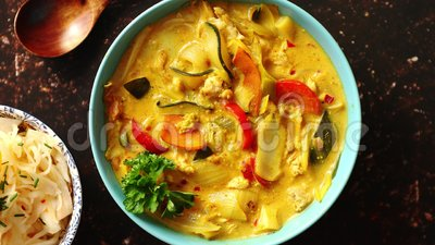 Chino tradicional o curry tailandés del amarillo del pollo almacen de video