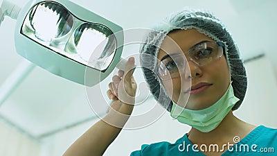Chirurg, der Beleuchtung vor Operation, plastische Chirurgie, Cosmetology justiert stock video footage