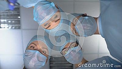 Chirurghi spaventosi con strumenti medici dal basso, petenti incubo paura dei medici stock footage