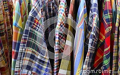 Chiuda in su dei vestiti del plaid