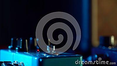 Chiuda su del piede del giocatore di chitarra che preme il pedale Il musicista utilizza la macchina del ciclo di effetto di music archivi video