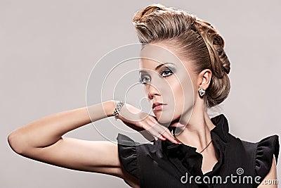 Chiuda su della donna bionda con l acconciatura di modo