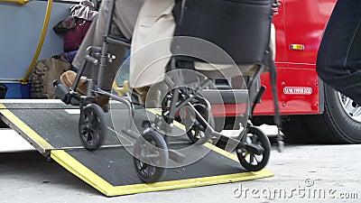 Chiuda su di Person In Wheelchair Boarding Bus disabile video d archivio