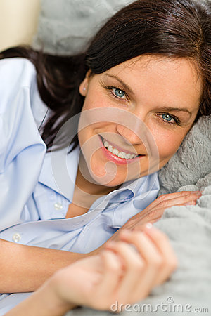 Chiuda su di riposo allegro della donna