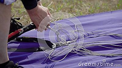 Chiuda sul colpo di un imballaggio lanciante in caduta liberasi dell'istruttore, preparante l'attrezzatura per il salto, cinghie  stock footage
