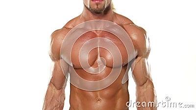 Chiuda sul giovane culturista muscolare dell'uomo con una barra video d archivio