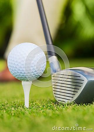 Chiuda sulla vista di palla da golf sul T