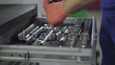 Chiuda sulle mani del meccanico in guanti prendono lo strumento dalla scatola e raccolgono le parti insieme Automobile della ripa archivi video