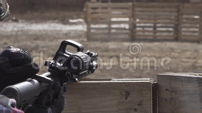 Chiudi un soldato sconosciuto in un casco che ricarica una pistola con ambito Campo di addestramento militare Esterno Guerra archivi video
