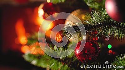 Chiudi video 4k con albero e caminetto di Chrismtas Contesto perfetto per Capodanno o avvento di Natale archivi video