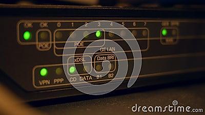 Chiusura di un router con cavi di collegamento e luci di attacco che lampeggiano video d archivio
