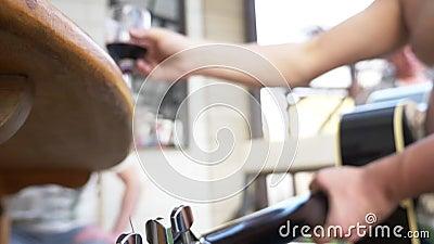 Chiusura un bicchiere di vino rosso in mano all'uomo festa nel cortile archivi video