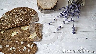 Chleb z flaxseeds i migdałami na białym drewnianym tle Pożytecznie żywienioniowy surowy chlebowy weganinu śniadanie bez drożdże zbiory wideo