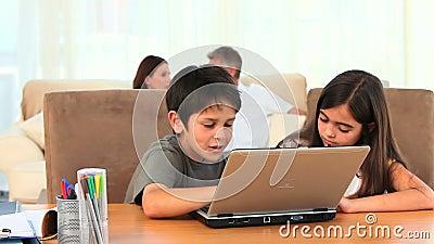 Chlidren som spelar på en bärbar dator stock video