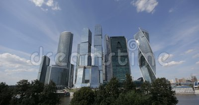 Chmura ruch nad Moskwa centrum biznesu Międzynarodowymi drapaczami chmur Timelapse Samolotów liści ślad w niebie above zbiory wideo