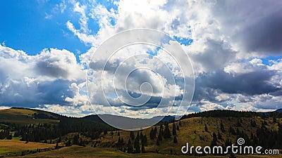 Chmury biega nad niebieskie niebo czasu upływem zbiory