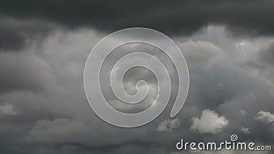 Chmury tworzy w dramatycznym niebo czasu upływie zbiory