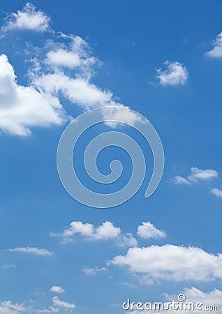 Chmury w niebieskim niebie