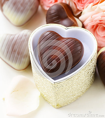 Free Chocolate Candy In The Shape Of Hearts And Pink Roses For Valentine S Day Royalty Free Stock Photography - 46908507