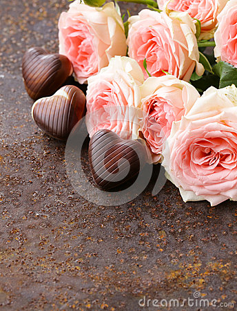 Free Chocolate Candy In The Shape Of Hearts And Pink Roses For Valentine S Day Royalty Free Stock Photography - 46908517