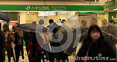 Chodz?cy ludzie przy Shibuya skrzy?owaniem w Tokio deszczowym dniu zdjęcie wideo