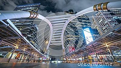 Chong Nonsi Bangkok Sky Train-Station allgemeine Skywalk-Brücke mit den modernen Gebäuden auf Hintergrund nachts stock video
