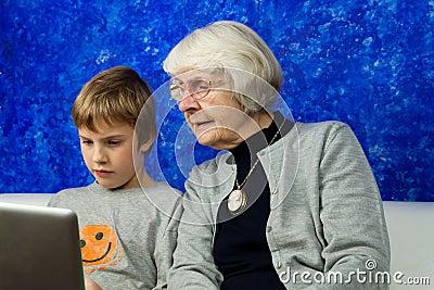 Chłopiec laptopu przyglądająca stara kobieta