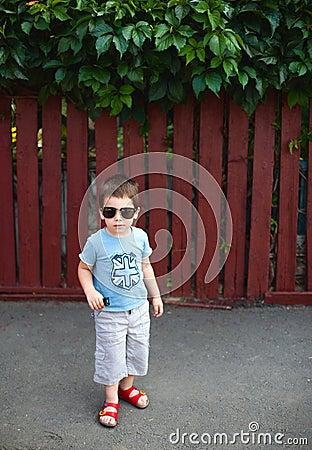 Chłopiec okulary przeciwsłoneczne