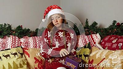 Chorando de parente em Santa Chapéu Abre Caixa de Presente de Natal em Decorações de Ano Novo video estoque