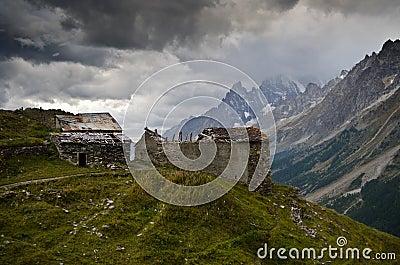 Chozas destruidas en las montañas