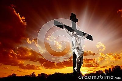 Christliches Kreuz im Sonnenaufgang