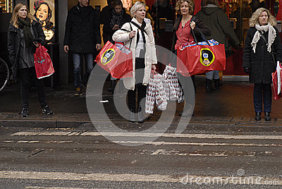 CHRISTMAS SHOPPERS Editorial Stock Image