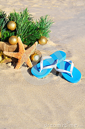 Free Christmas Tree With Christmas Balls, Slippers And Starfish On Th Stock Images - 47316714
