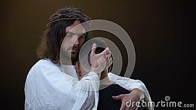 Christus die gedeprimeerde parochiaan koesteren die in camera, Godsvriendelijkheid, bescherming kijken stock video