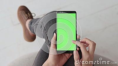 Chroma kluczowy mockup z zieleń ekranem na telefonie komórkowym młoda kobieta w domu