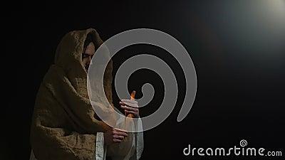 Chrześcijanin z świeczką iść zaświecać, Jezusowy modlenie dla dusz ludzie, wielkanoc zbiory wideo