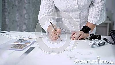 Ciérrese para arriba de manos femeninas con el amortiguador del perno y el esquema del dibujo de lápiz Imagen del cuerpo de una m metrajes