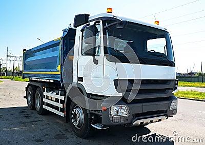 Ciężarówka z rozblaskowymi światłami