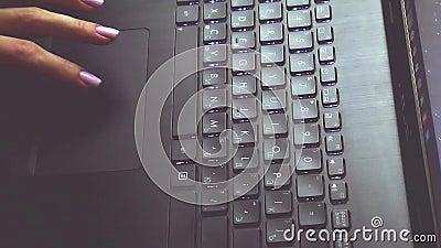 Ciao linguetta sulla tastiera stock footage