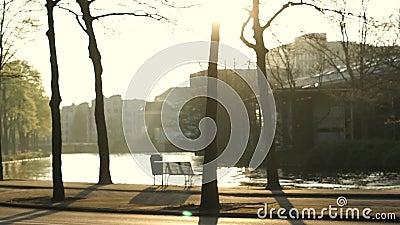 Cichy zachód słońca w parku Amsterdam Netherlands i miejsca siedzące obok kanału zbiory wideo
