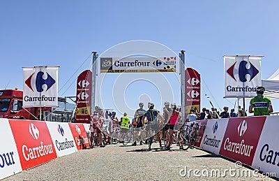 Ciclistas aficionados en la cuesta de Pailheres Imagen editorial