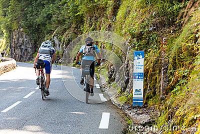 Ciclistas aficionados que suben el d Aubisque de la columna Foto de archivo editorial