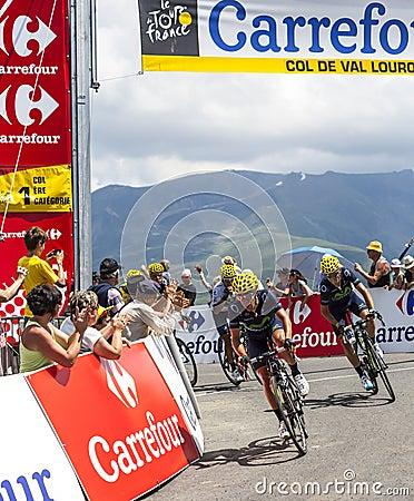 Ciclistas en la cuesta de Val Louron Azet Imagen editorial
